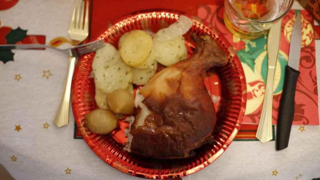 El cochinillo, servido en un plato.
