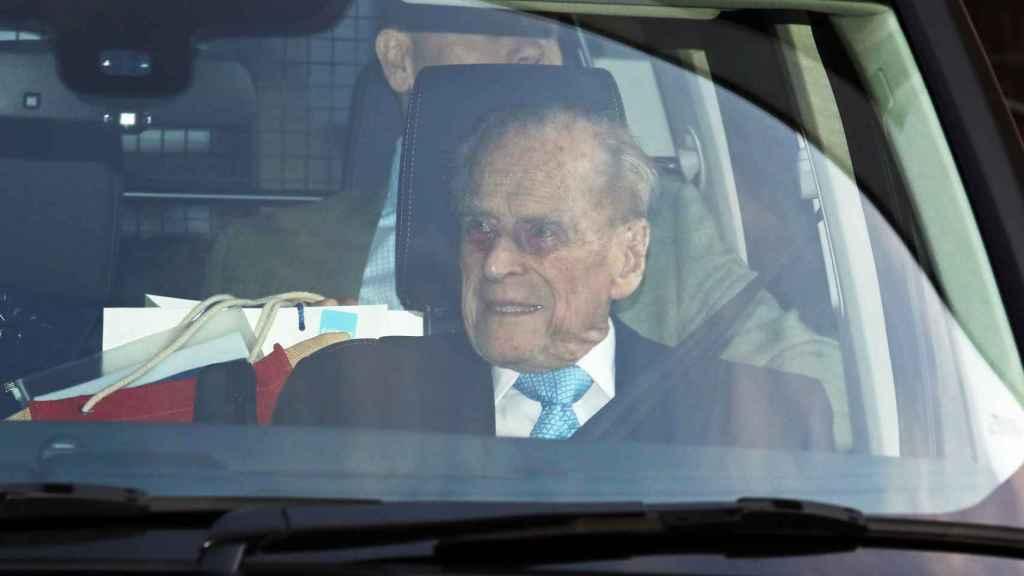 El duque de Edimburgo, abandonando el hospital tras cuatro días ingresado.