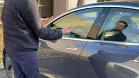 El conductor de Tesla se implantó la llave en la mano
