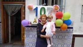Con uno de sus nietos, este mismo año, recién cumplidos los 107.