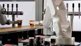Brazos robot que te sirven el café, la iniciativa que está siendo todo un éxito