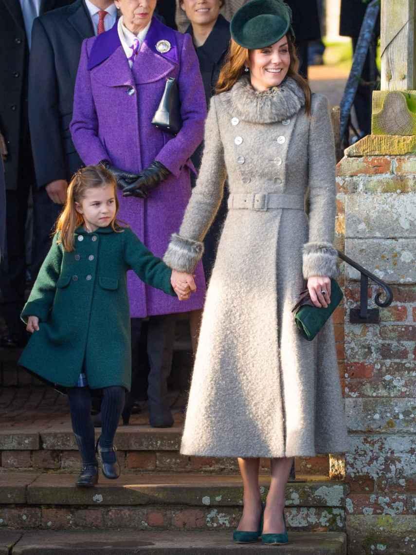 Kate Middleton y Charlotte de Cambridge en la misa de Navidad.