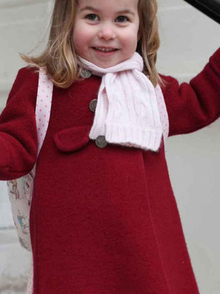 La pequeña Charlotte con el mismo abrigo en rojo.