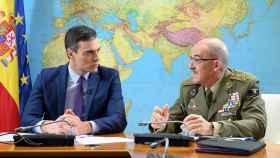 Pedro Sánchez, este martes junto al jefe del Estado Mayor de la Defensa (JEMAD), Fernando Alejandre.
