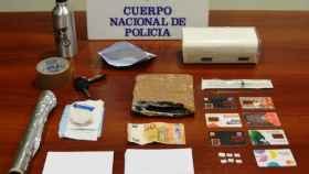 Utensilios para la comisión de la estafa de los billetes tintados y otros objetos confiscados por la Policía