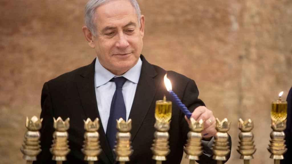 Benjamin Netanyahu,  primer ministro de Israel, enciende la primera vela de Hanukkah.