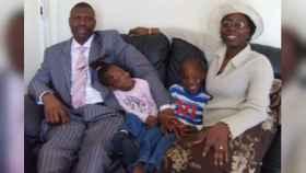 Gabriel y Olubunmi junto a sus hijos Praise -quien falleció ahogado- y Favour.