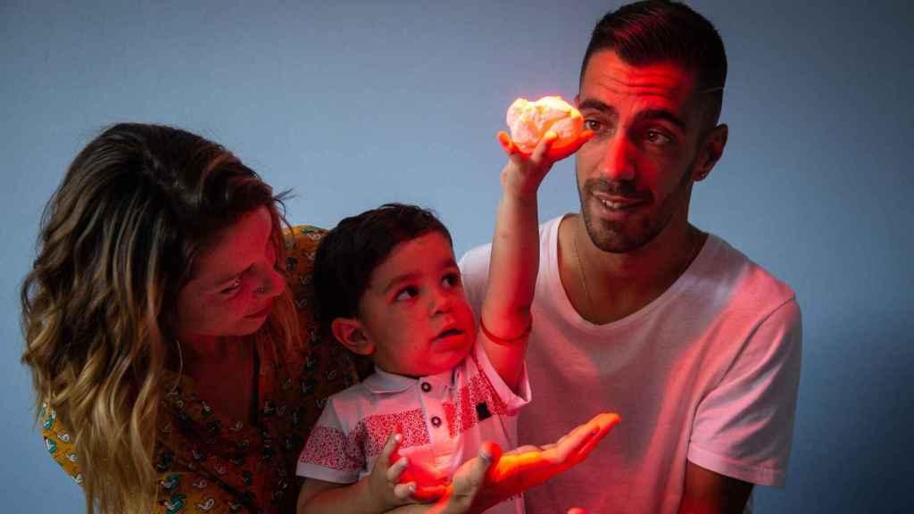 El pequeño Adríán, en brazos de sus padres, sosteniendo una recreación de su propio corazón impreso en tres dimensiones.