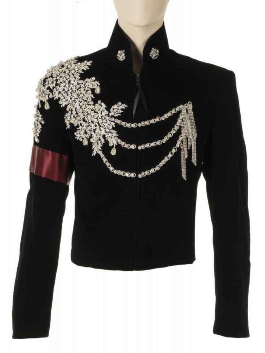 Detalle de la chaqueta que lució Michael Jackson en 1997 en la fiesta de cumpleaños de Elizabeth Taylor.