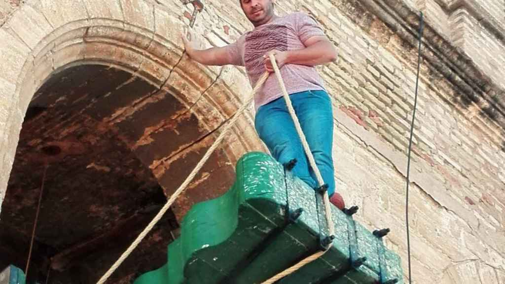 Carlos Palacios, en balanza, en un cartel de la Asociación de Campaneros de Utrera.