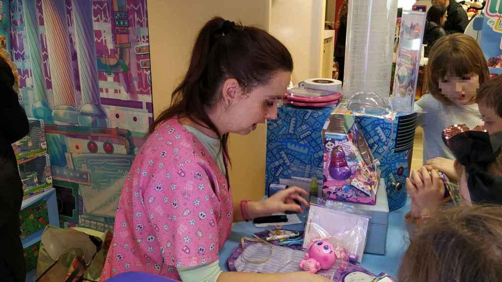 Otra 'enfermera Tania' aplicando las vacunas a unos de los muñecos Ksi-Merito.