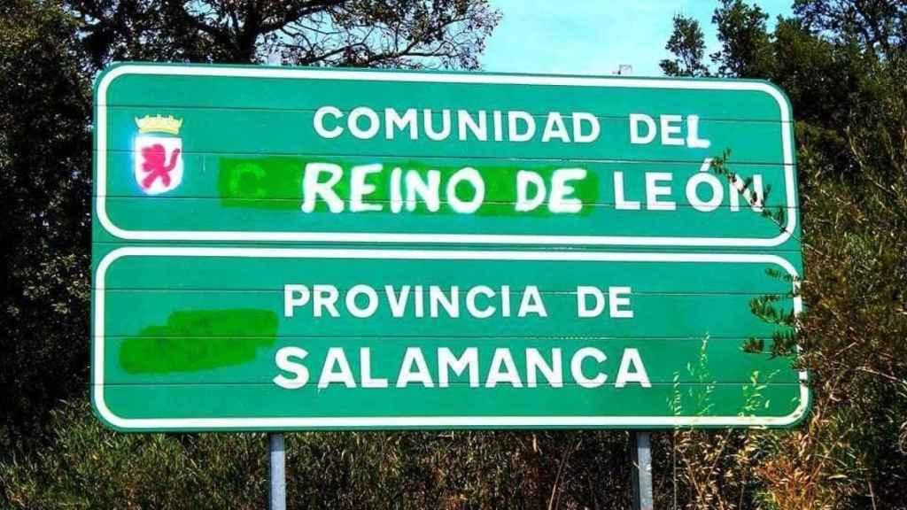 Un cartel en el que se ha cambiado la denominación de Castilla y León por la de Reino de León.