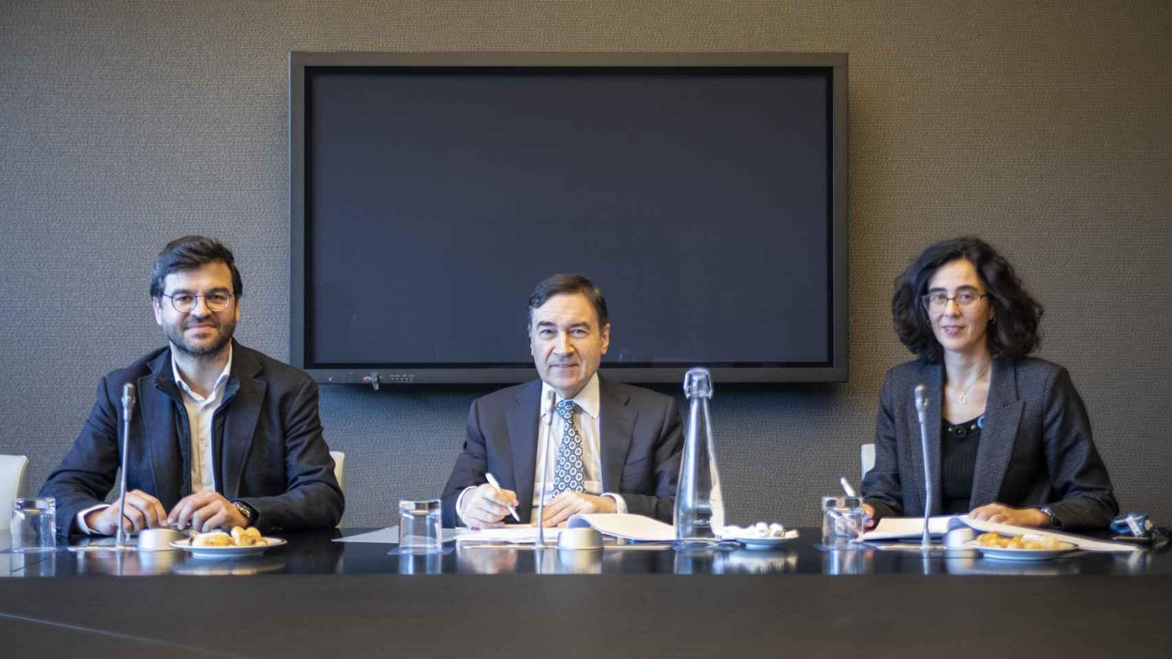 Gonzalo Martín-Vlla, CIO de Telefónica Digital, Pedro J. Ramírez, presidente ejecutivo de EL ESPAÑOL y Cristina Fernández, directora legal M&A, finanzas y mercantil de Telefónica, S.A.