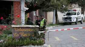 Agentes de la Seguridad de Bolivia, ante la residencia de la embajadora de México en La Paz, tras el incidente.