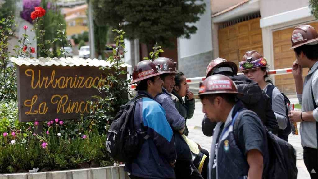 Los manifestantes que apoyan al nuevo Gobierno deLongaric, apostados a la entrada de La Rinconada.