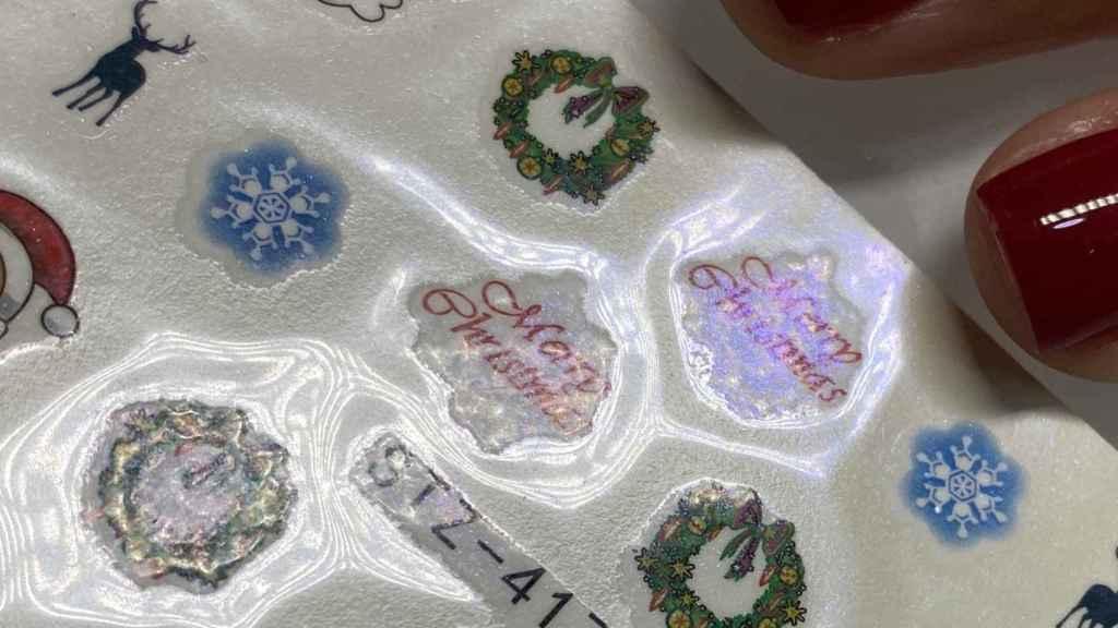 Muestras de decoraciones navideñas con pegatinas.