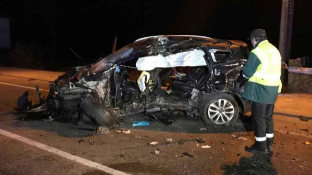 Estado en el que ha quedado el vehículo que ha chocado contra un muro en Gondomar