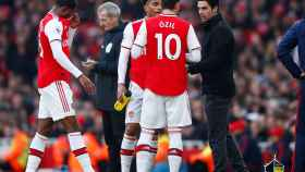 Arteta, junto a Özil, en un momento del partido