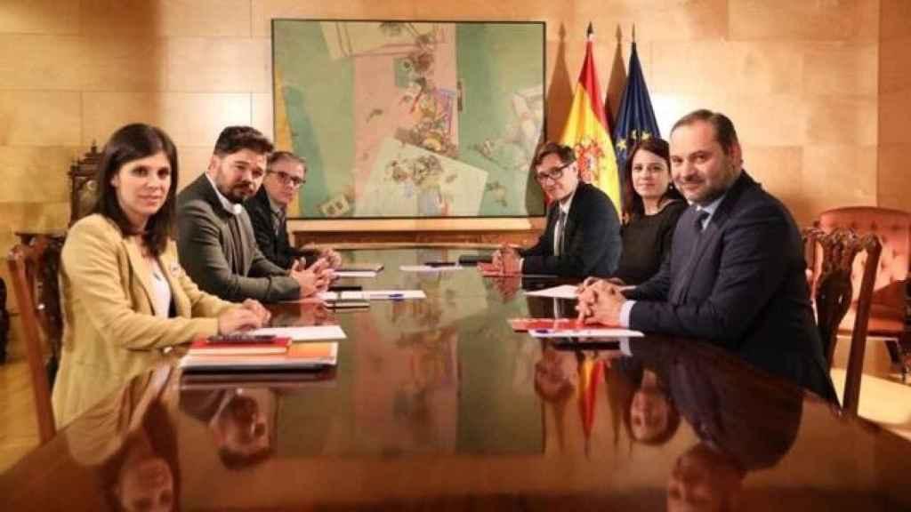 Reunión entre ERC y PSOE, con Rufián y Lastra en medio de sus respectivas delegaciones.