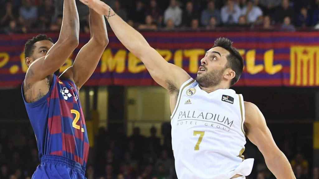 Campazzo y Higgins, durante el duelo entre el Barcelona y el Real Madrid
