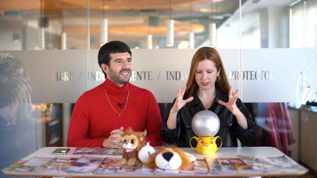 Raúl Rodríguez y Ane Olabarrieta en el kiosco rosa en vídeo.