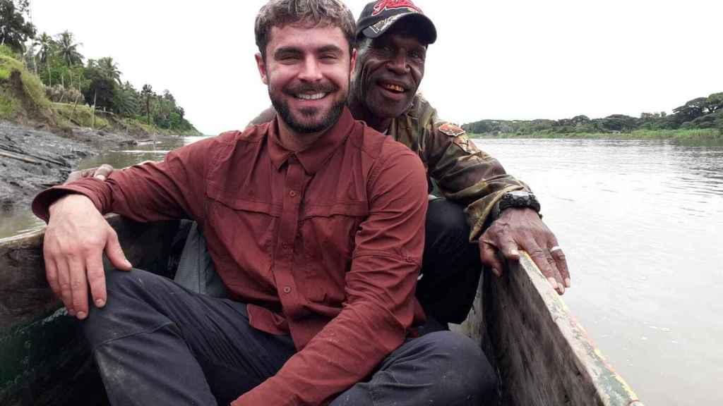 Zac Efron y el guía Cyril Tara en la grabación de 'Killing Zac Efron'.