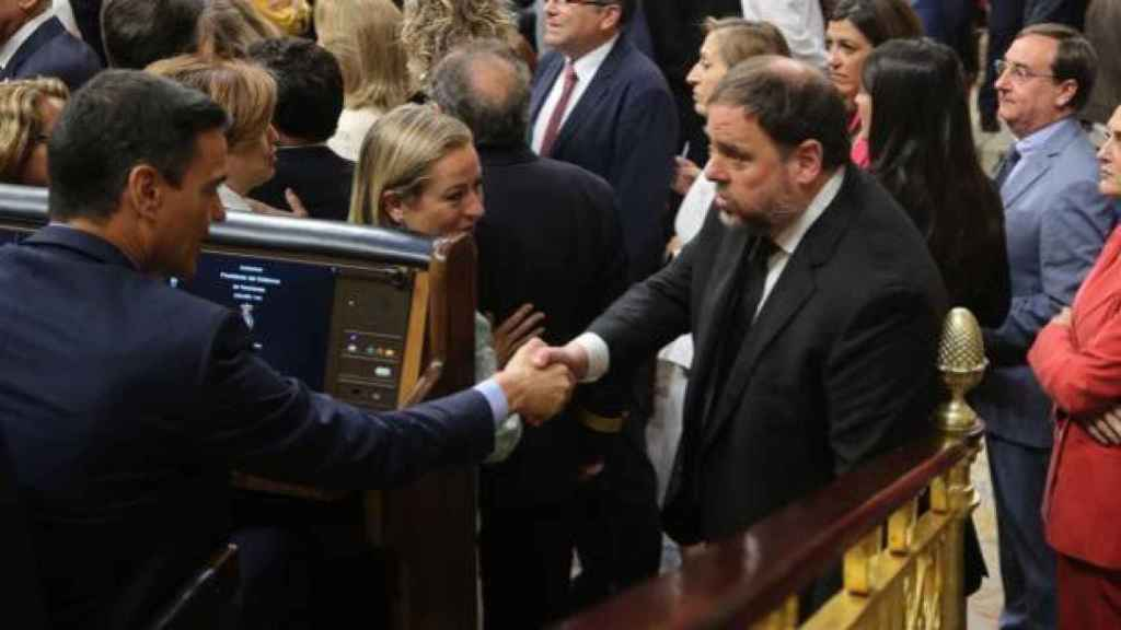 Junqueras saluda a Pedro Sánchez en el Congreso el pasado mayo./