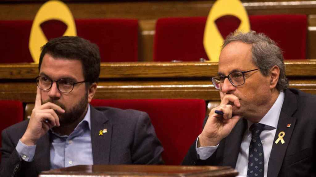 Pere Aragonès junto a Quim Torra en el Parlamento autonómico catalán.