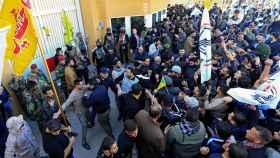 Los manifestantes irrumpen en la Embajada de EEUU en Bagdad.
