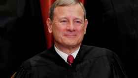 John Roberts posa durante un retrato grupal en la Corte Suprema de Washington.