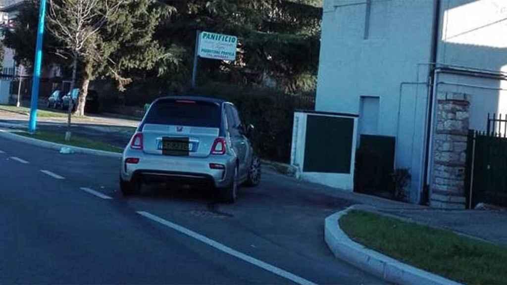Así 'aparcó' su coche Balotelli tras la fiesta de Nochevieja... en la casa de su vecino