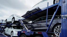 Vehículos de Tesla transportados en camión