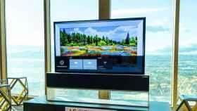 El nuevo televisor enrollable de LG baja del techo como una pantalla de cine