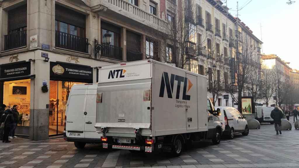 Varios vehículos de reparto en la Calle del Arenal, dentro del distrito Centro.