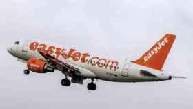 El hombre comenzó a encontrarse mal durante el vuelo; cuando aterrizaron, no pudieron hacer nada por salvar su vida.