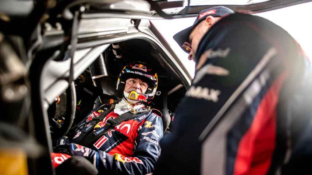 Carlos Sainz habla con Stéphane Peterhansel, su compañero en el equipo X-Raid Mini JCW Team.
