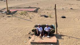 Fernando Alonso y Marc Coma, en medio del desierto