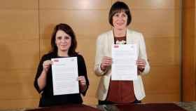 Ana Pontón y  Adriana Lastra tras firmar el acuerdo en el Congreso.