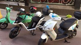 Tres motos eléctricas compartidas en Barcelona.