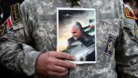 Un hombre sujeta una imagen de Soleimani durante una protesta por su muerte en Teherán.