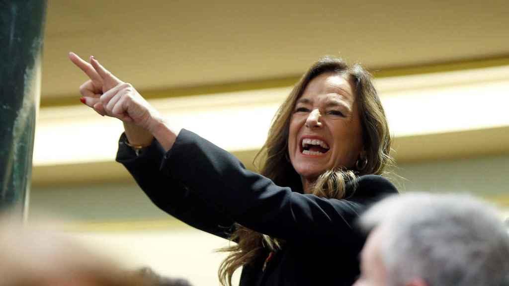 La diputada del PP, Teresa Jiménez Becerril, abronca a Sánchez desde su escaño.