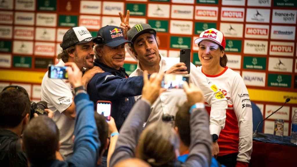 Fernando Alonso, Carlos Sainz, Nani Roma y Laia Sanz, en la presentación del Dakar.