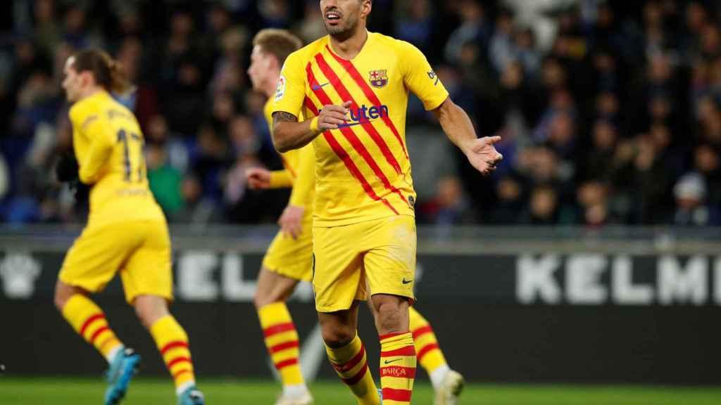 Luis Suárez, en el derbi catalán de La Liga entre el Espanyol y el Barcelona