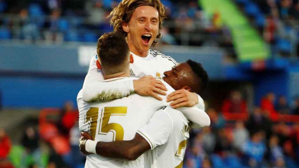 Luka Modric celebra su gol al Getafe con Vinicius y Fede Valverde
