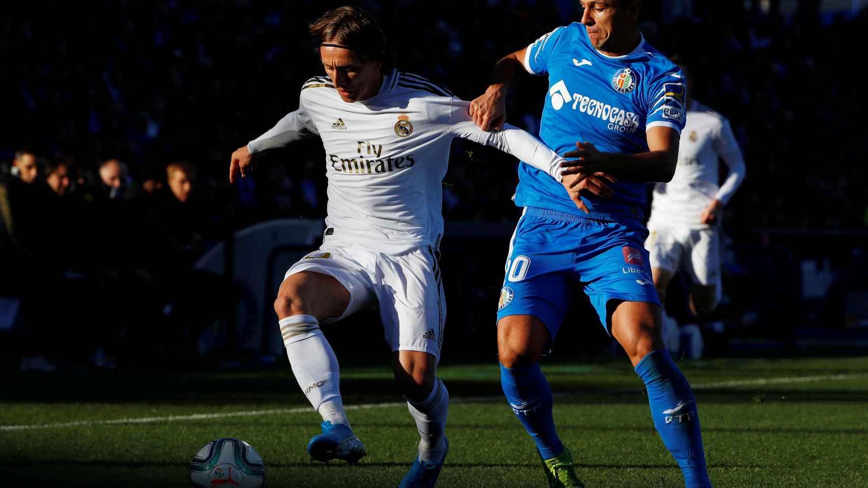 Nemanja Maksimovic agarra a Luka Modric de la camiseta