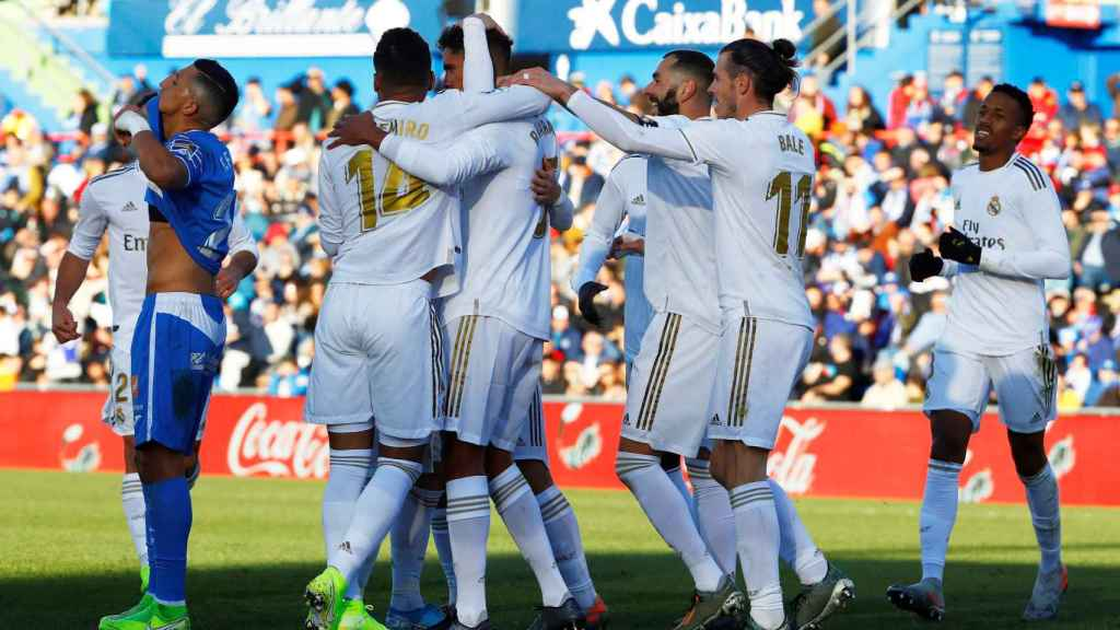 Los jugadores del Real Madrid celebran el gol de Varane al Getafe