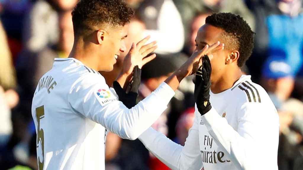 Raphael Varane celebra el segundo gol del Real Madrid al Getafe con Eder Militao