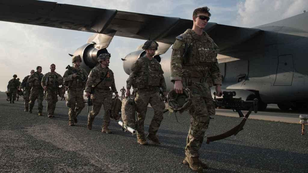 Paracaidistas estadounidenses de la 82ª división tras aterrizar en Kuwait.