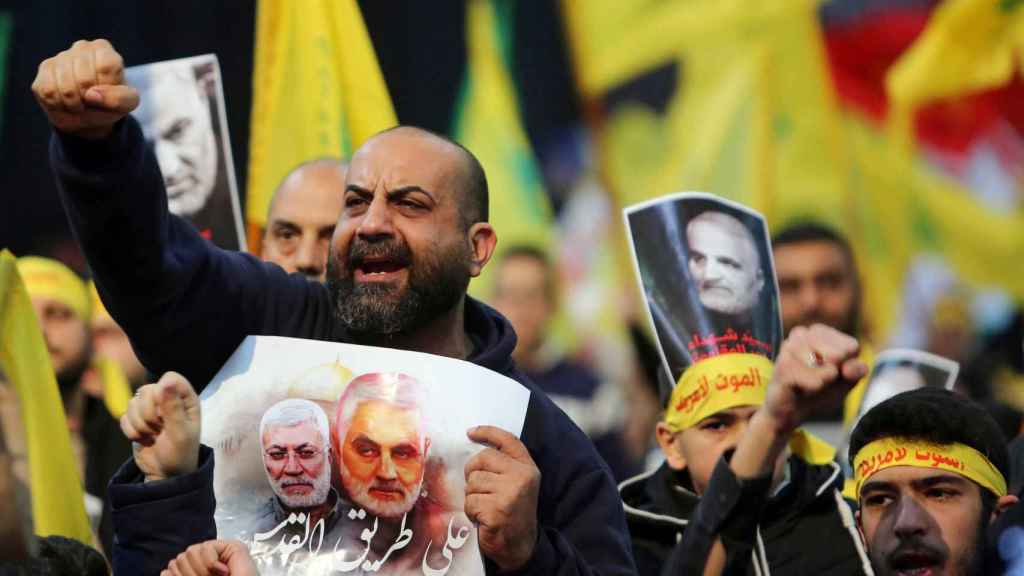 Un manifestante porta la imagen del comandante asesinado Qasem Soleimaní.