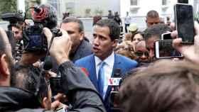 Juan Guaidó atiende a los medios tras intentar entrar a la sede de la cámara.